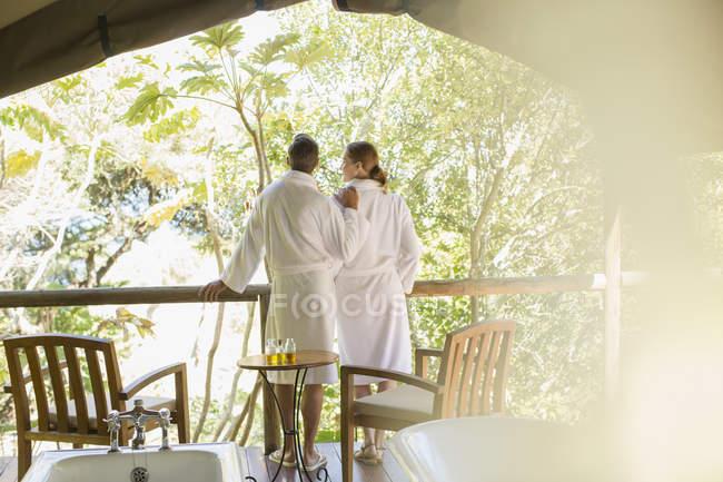 Пара в халаты, стоя в спа — стоковое фото