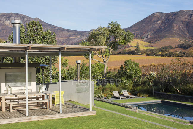 Mountains behind patio with swimming pool — Stock Photo
