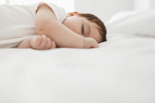 Чарівні дитини дівчина спати на ліжко — стокове фото