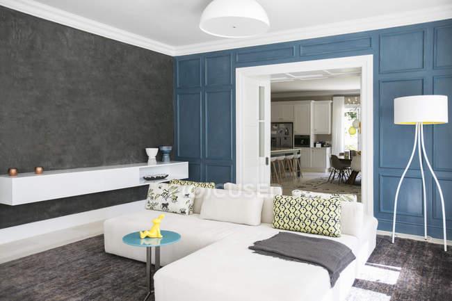 Vetrina soggiorno interno con divano chaise — Foto stock