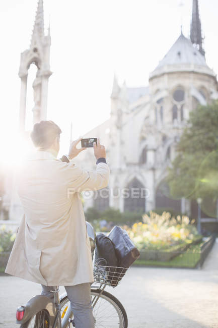 Man photographing Notre Dame Cathedral, Paris, France — Stock Photo