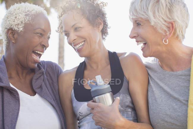 Mulheres idosas multirraciais rindo em sportswear — Fotografia de Stock