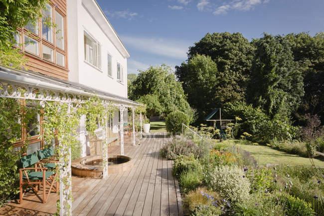Дом витрина роскошная вилла с солнечным летним садом и палубой — стоковое фото