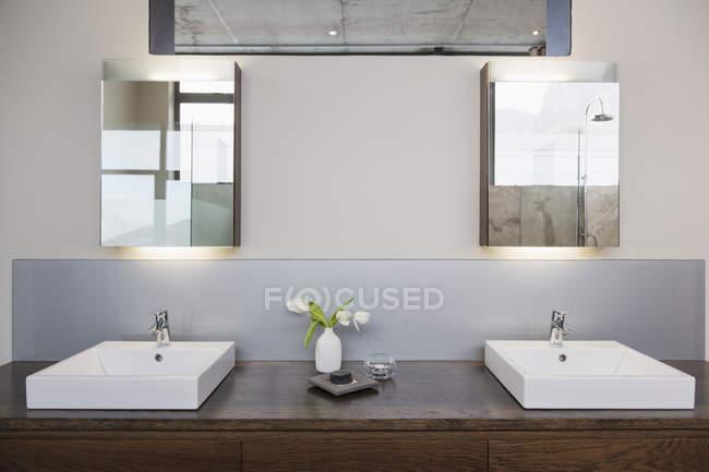 Interior de luxo da casa moderna, casa de banho — Fotografia de Stock