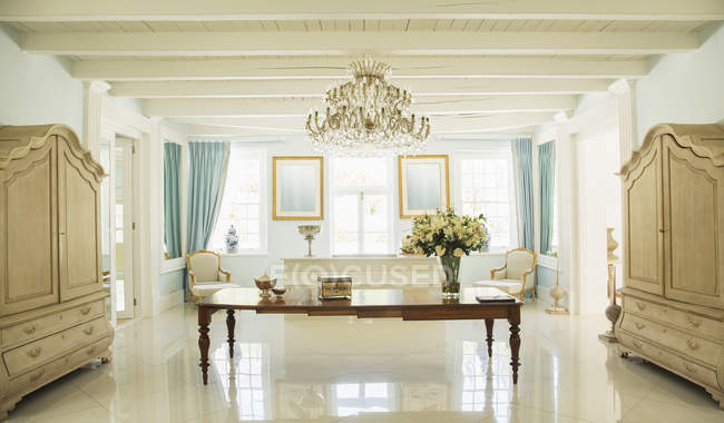 Luxury foyer with table in the middle — Stock Photo