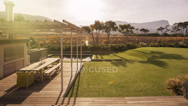 Pátio ensolarado e quintal com vista para montanhas — Fotografia de Stock