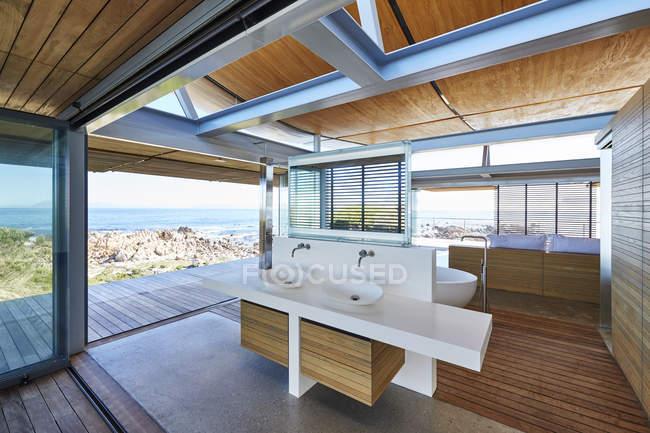 Современная роскошь дома витрина ванной открыты для патио с видом на океан — стоковое фото