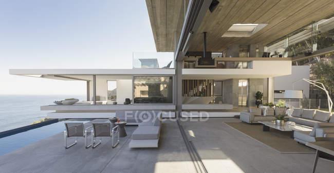 Moderno, casa de luxo vitrine sala de estar e pátio — Fotografia de Stock