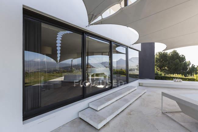 Luxus nach Hause Schaufenster außen Terrasse mit Markise — Stockfoto