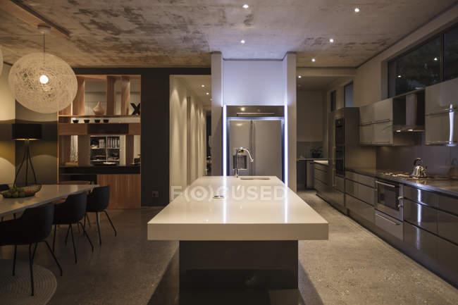 Розкішний інтер'єр сучасний будинок, кухня — стокове фото
