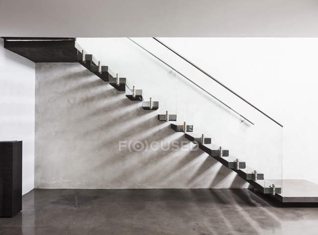 Modern, minimalist floating staircase in home showcase interior foyer — Stock Photo