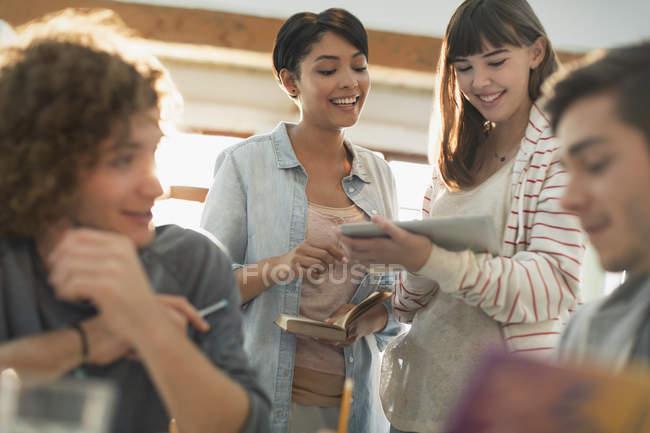 Joven amigo Universidad estudiantes con tableta digital - foto de stock