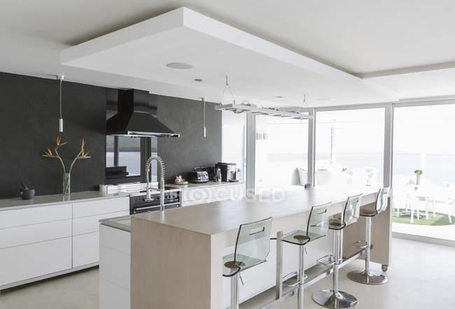 Сучасна розкіш додому Вітрина інтер'єр кухні — стокове фото