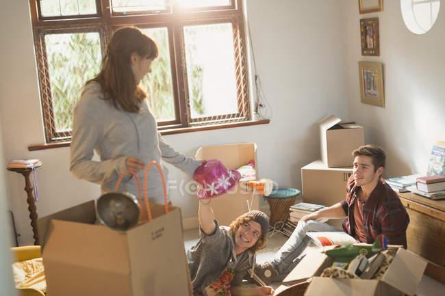 Coinquilini giovane amico disimballaggio in appartamento — Foto stock