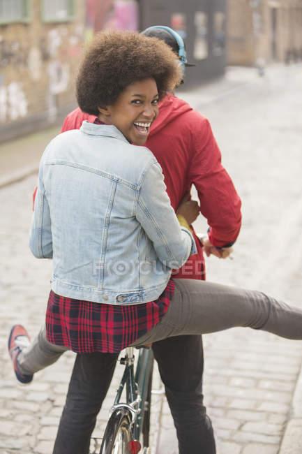 Casal andar de bicicleta juntos na rua da cidade — Fotografia de Stock