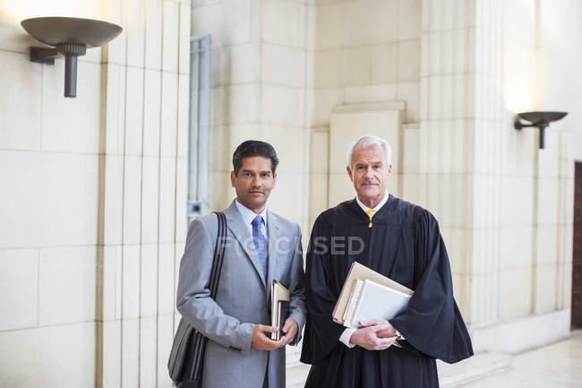 Juez y abogado junto en Palacio de justicia - foto de stock