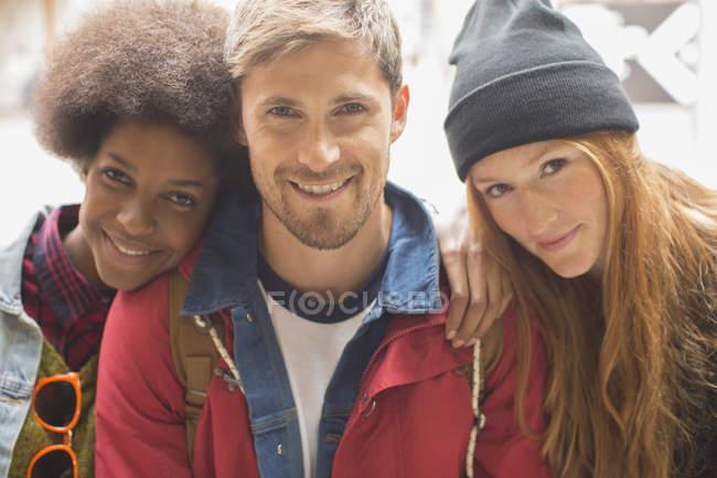 Счастливые молодые друзья улыбаются вместе на открытом воздухе — стоковое фото