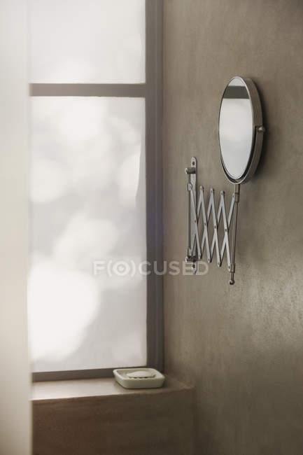 Espelho na parede de casa de banho moderna — Fotografia de Stock