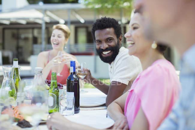 Amigos conversando na festa — Fotografia de Stock