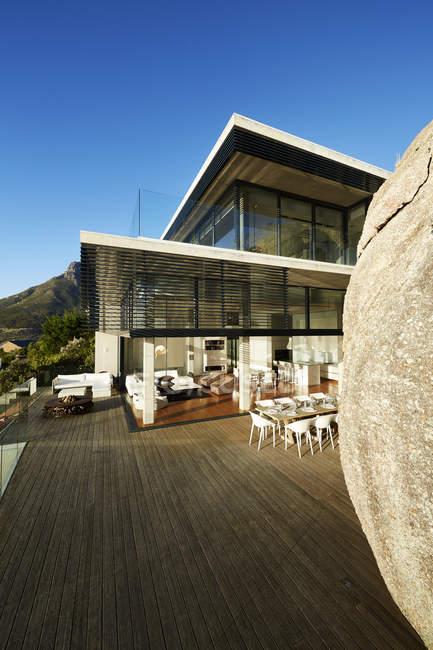 Modern luxury house and patio under sunny blue sky — Stock Photo