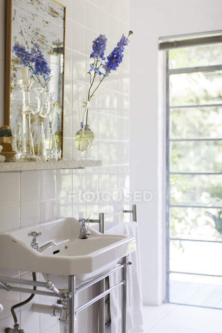 Sink and mirror in modern bathroom — Stock Photo