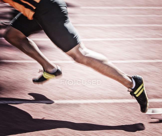 Спринтер, вылетевший из запуск блока на треке — стоковое фото
