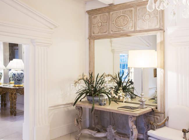 Lâmpada iluminada no foyer de luxo — Fotografia de Stock