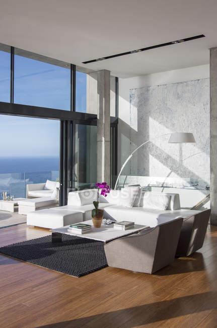 Portes coulissantes en verre du salon moderne — Photo de stock