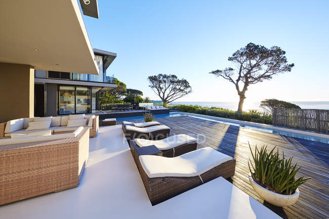 Modern luxury home showcase patio with ocean view — Stock Photo