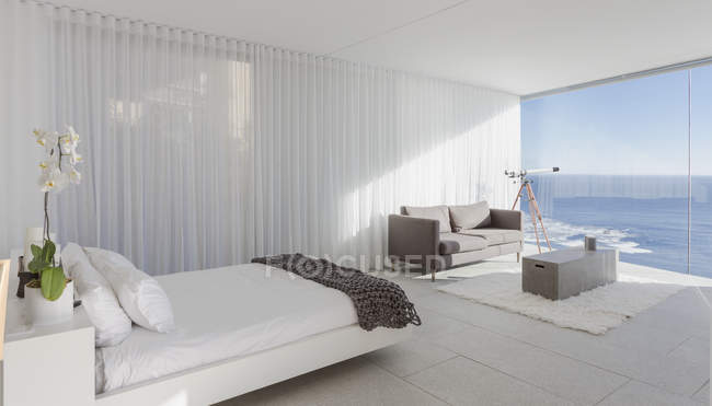 Modern, luxury home showcase bedroom with ocean view — Stock Photo