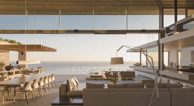 Сучасні, розкішні будинку Вітрина вітальні відкритим видом на океан — стокове фото