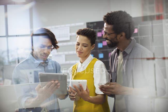 Entreprises créatives utilisant des tablettes numériques au bureau — Photo de stock