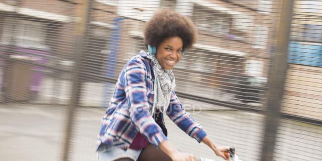 Glückliche junge Frau mit Fahrrad auf der Stadtstraße — Stockfoto