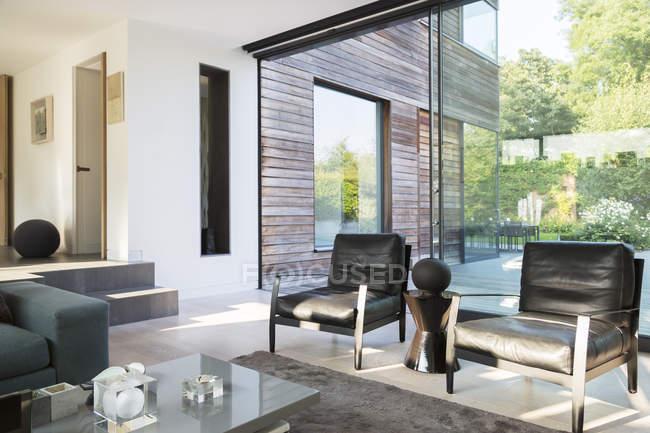 Кресла и журнальный столик в современной гостиной — стоковое фото