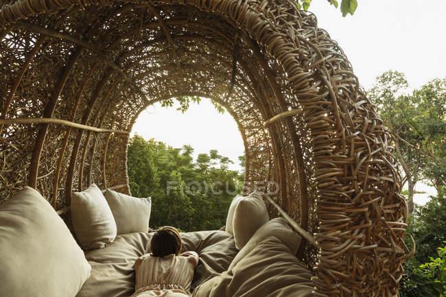 Donna che posa in casa di albero di nido — Foto stock