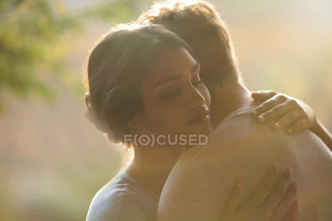 Fechar o abraço casal sereno — Fotografia de Stock
