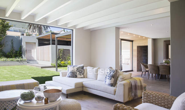 Moderna sala de estar dentro de casa durante o dia — Fotografia de Stock