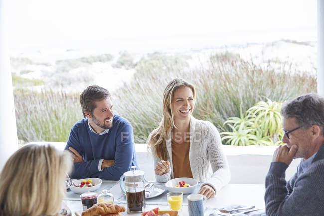Paare genießen das Frühstück auf der Strandterrasse — Stockfoto
