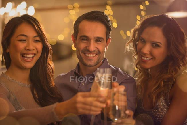 Портрет улыбающихся друзей тост бокалы вина — стоковое фото