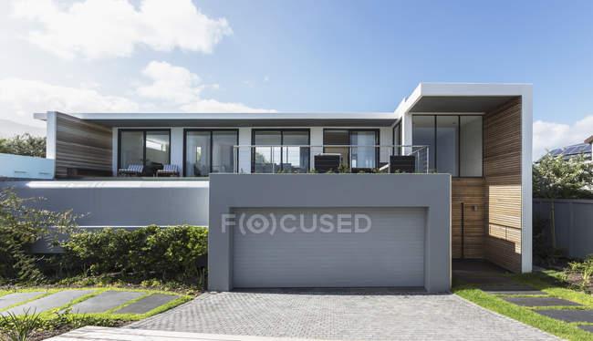Casa moderna vitrine casa exterior com garagem — Fotografia de Stock