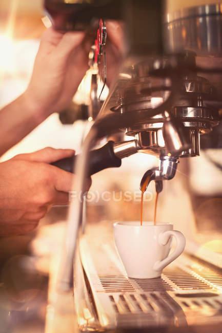 Cerca de barista utilizando la máquina de café expreso en la cafetería - foto de stock