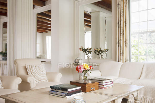 Sala de estar de luxo dentro de casa — Fotografia de Stock