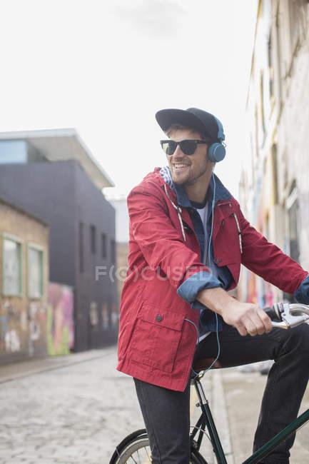 Homme à vélo sur la rue de la ville — Photo de stock