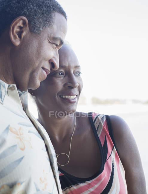 Glücklich schwarz senior paar umarmen — Stockfoto