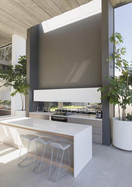 Табурети на лічильник сучасні, розкішні будинку Вітрина інтер'єр кухні — стокове фото