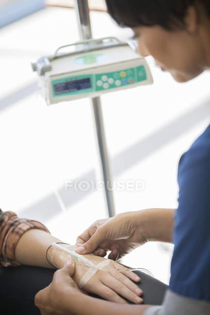 Врач назначает внутривенное вливание пациенту — стоковое фото