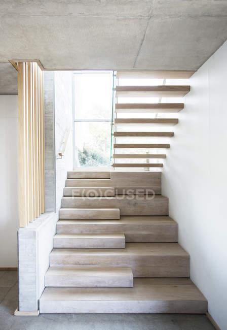 Moderne Treppe in Luxus-Haus — Stockfoto