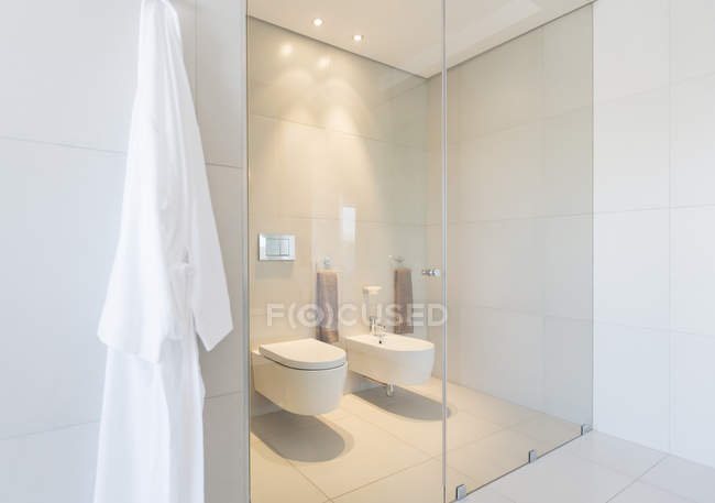 Vista interior del cuarto de baño moderno - foto de stock
