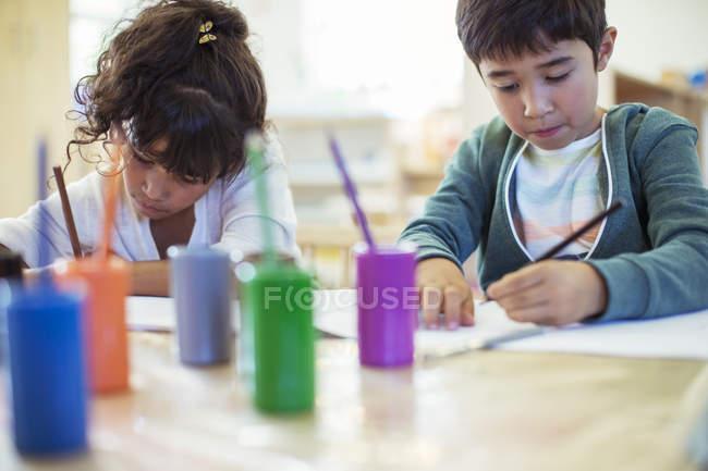 Studenti di pittura in Aula al chiuso — Foto stock