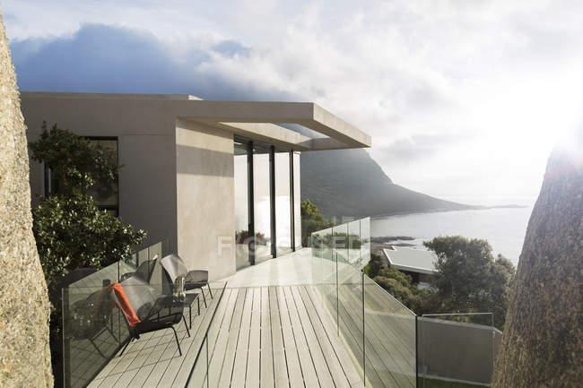Balcón de madera de casa moderna - foto de stock
